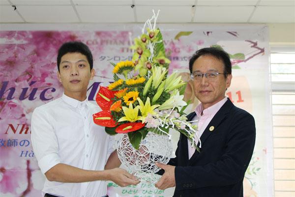 Thầy Hyodo đại diện tập thể giáo viên tại Trung tâm ngoại ngữ lên nhận hoa do học sinh kính tặng.