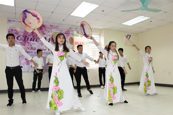 """Tốp ca nam, nữ lớpdu học Nhật Bảnhát kết hợp múa """"Xinh tươi Việt Nam""""."""