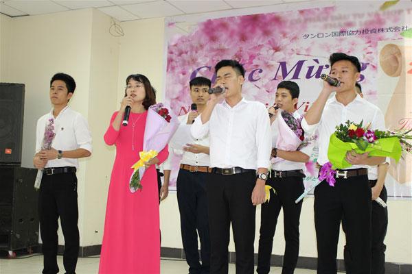 Những học trò của cô giáo Nguyễn Thị Kiên đã có phần trình diễn bài hát tiếng Nhật rất ấn tượng