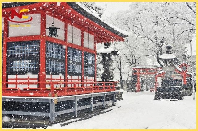 thời tiết ở Nhật Bản lạnh và khắc nghiệt hơn vào mùa đông